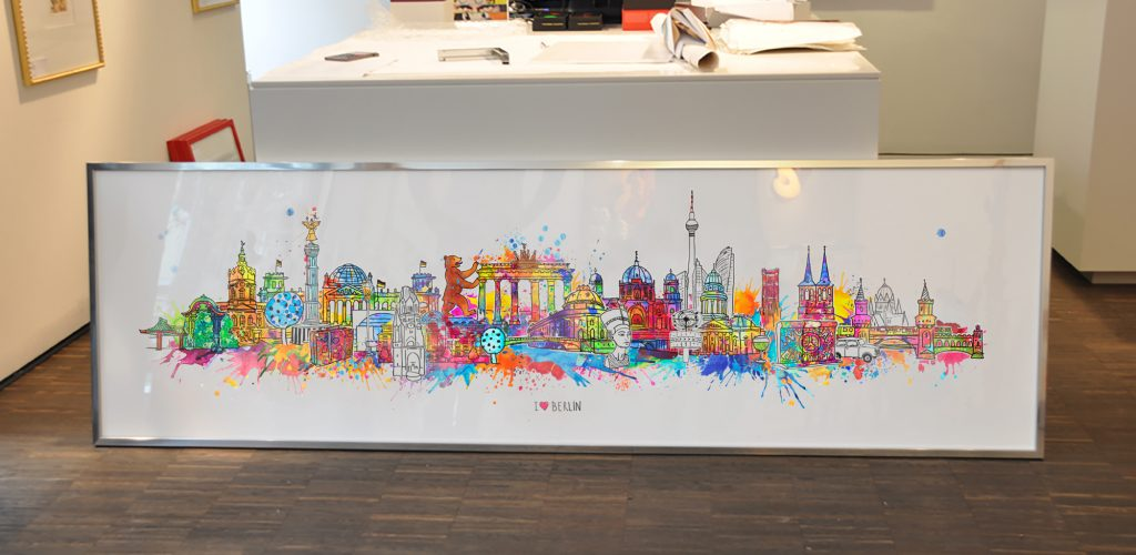 Das Berlin-Kunstwerk zeigt eine breite bunte Skyline aus Illustrationen, die detailliert und liebevoll die Highlights der Hauptstadt zeigen.
